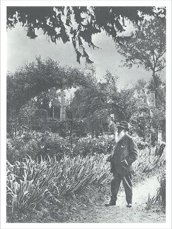 画像:ジヴェルニーの花の庭を眺めるモネ