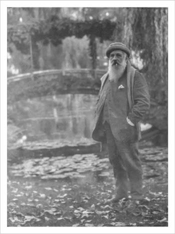 画像:ジヴェルニーの水の庭で太鼓橋をバックに佇むモネ