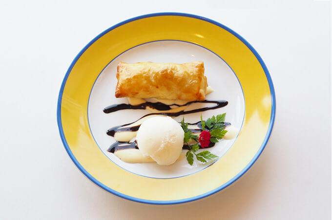 写真:筒状のパイにチョコレートソースとアイスクリームが添えられている