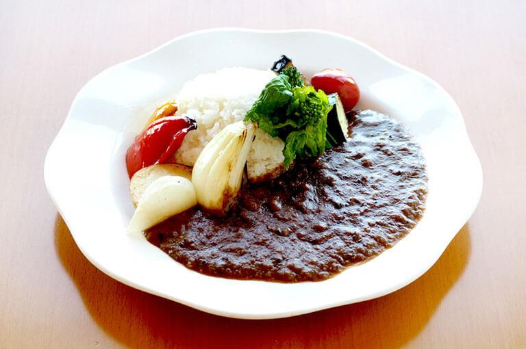 写真:玉ねぎやブロッコリーなどごろごろ野菜が添えられたカレーライス