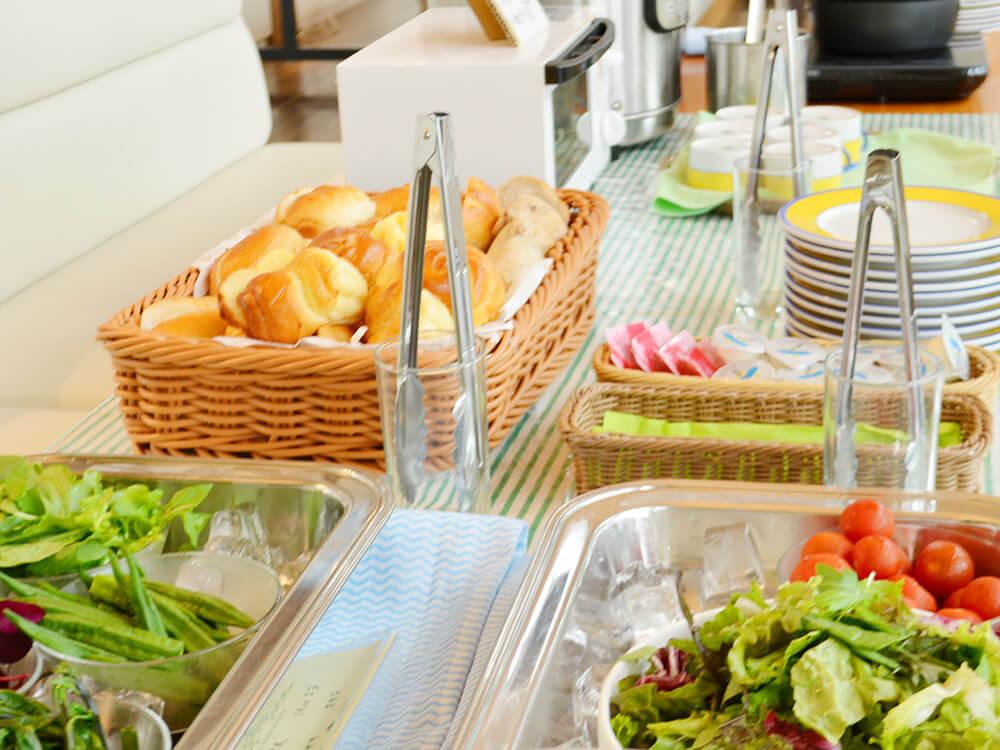 写真:ブッフェの様子。フレッシュな野菜サラダや様々な種類のパンを選べる