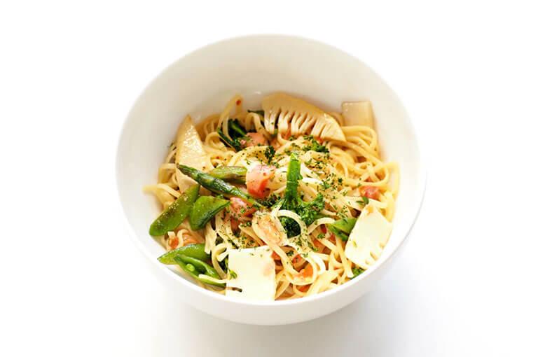 写真:筍やえんどう豆などの春野菜がたくさん入ったスパゲティ