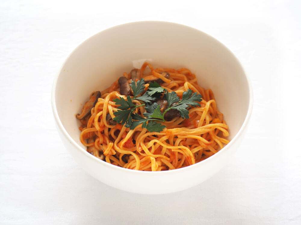 写真:きのこの入ったトマトソースのスパゲティ