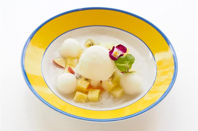 写真:中央にバニラアイスクリーム、周りに白玉だんごとダイスカットフルーツ